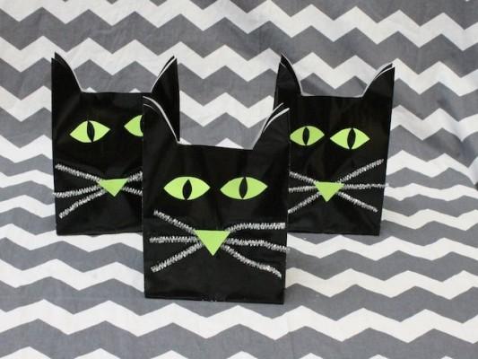 Halloween Cat Treat Bags; momtastic.com; handmadebykelly.com