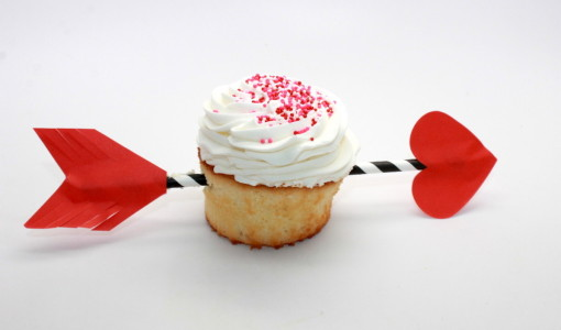 DIY Valentine's Day Arrow Cupcakes; handmadebykelly.com; onlinelabels.com